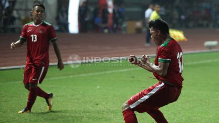 Selebrasi Lerby Eliandri saat mencetak gol pembuka Indonesia atas Kamboja. INDOSPORT/Herry Ibrahim