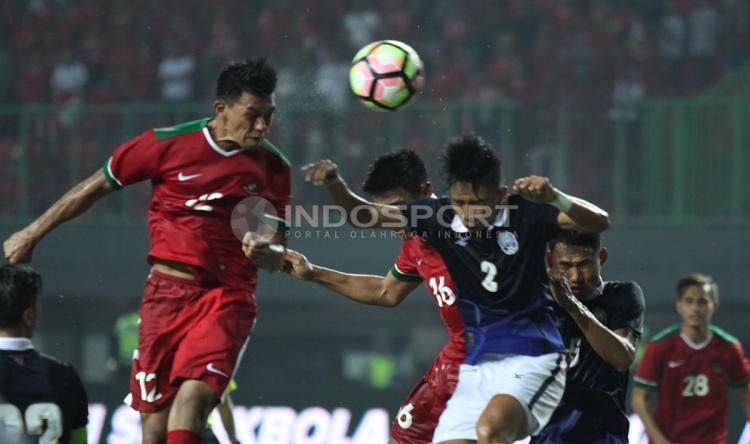 Sundulan Lerby Eliandri menjadi pembuka kran gol bagi Timnas Indonesia saat melawan Kamboja. INDOSPORT/Herry Ibrahim Copyright: INDOSPORT/Herry Ibrahim