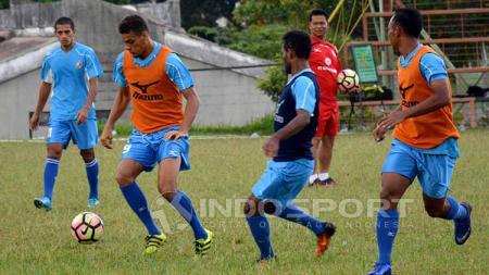 Delfi Adri saat mengawasi latihan para pemain Semen Padang. - INDOSPORT