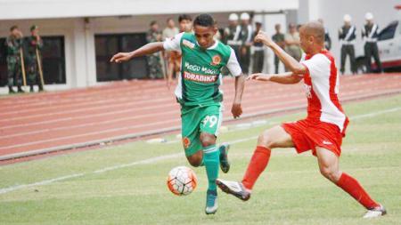 Pandi Lestaluhu (kiri) saat mengontrol dari pemain PSM Makassar. - INDOSPORT