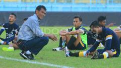 Indosport - Siswantoro saat masih menjadi pelatih Persekam Metro FC jelang play-off