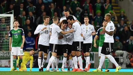 Selebrasi para pemain Jerman usai membobol gawang Irlandia Utara. - INDOSPORT