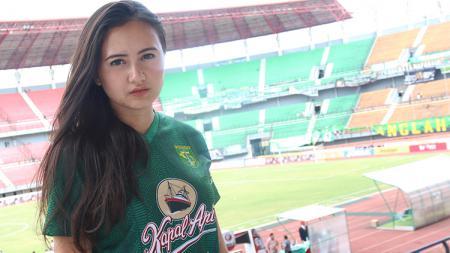 Isabella Angelita, bonek cantik yang membawa nuansa Persebaya Surabaya ketika berada di luar negeri. - INDOSPORT
