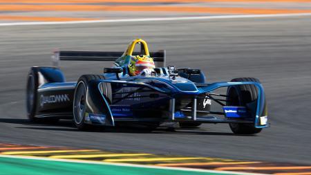 Rio Haryanto ketika menjajal mobil Formula E - INDOSPORT