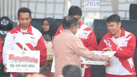 Wakil Presiden RI, Jusuf Kalla memberikan simbolis bonus kepada atlet peraih medali SEA Games 2017 lalu. (INDOSPORT/Herry Ibrahim)