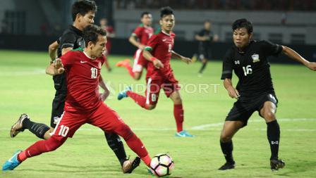Aksi Egy Maulana Vikri berjibaku dengan pemain Timnas Thailand U-19.