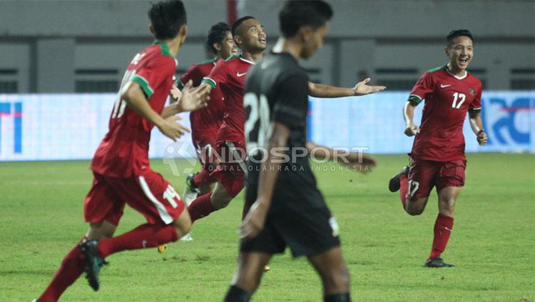 Pemain Timnas U-19 berselebrasi. Copyright: INDOSPORT/Herry Ibrahim