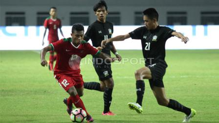 Pemain Timnas U-19 berjibaku dengan Timnas Thailand U-19.