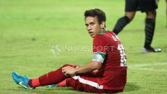 Indosport - Egy Maulana Vikri tengah duduk di lapangan hijau.