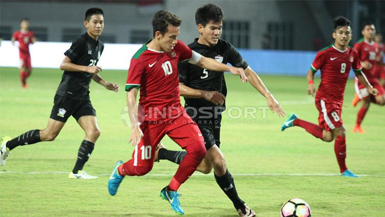 Egy Maulana Vikri berjibaku dengan pemain Timnas Thailand U-19. Copyright: INDOSPORT/Herry Ibrahim