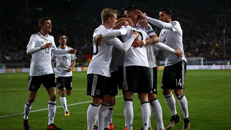 Para pemain Timnas Jerman berselebrasi usai Leon Goretzka mencetak gol. Copyright: INDOSPORT