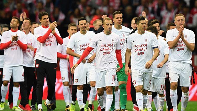 Para pemain Timnas Polandia bertepuk tangan usai memenangkan pertandingan kontra Montenegro. Copyright: INDOSPORT