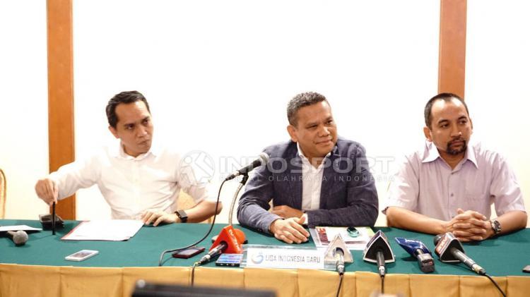 Ki-ka: Tigor Salomboboy, Berlington Siahaan (Dirut PT LIB), Risha Adi Wijaya. Copyright: Herry Ibrahim/INDOSPORT