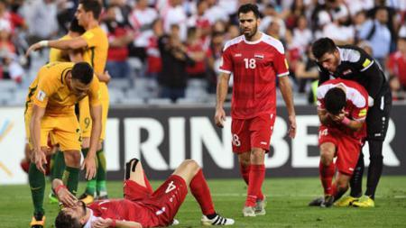 Para pemain Suriah menangis usai mereka kalah dari Australia. - INDOSPORT
