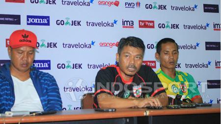 Hari Wijaya, manajer Persewangi (tengah) - INDOSPORT