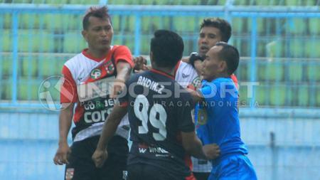 Perselisihan antara pemain PSBK Blitar melawan Persewangi Banyuwangi. - INDOSPORT