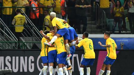 Para pemain Timnas Brasil melakukan selebrasi. - INDOSPORT