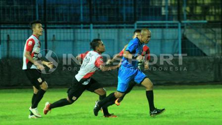 Pemain Persewangi mengejar wasit karena protes terkait pelanggaran penalti tidak digubris