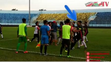 Tandukan pemain PSBK Blitar ke pemain Persewangi Banyuwangi - INDOSPORT