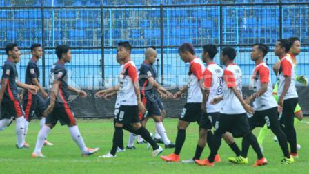 Kedua tim menolak berjabat tangan sejak awal pertandingan.
