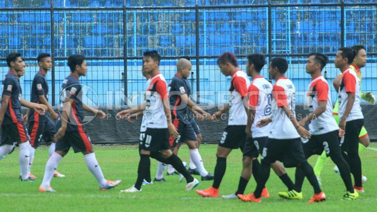 Kedua tim menolak berjabat tangan sejak awal pertandingan. Copyright: Ian Setiawan/INDOSPORT