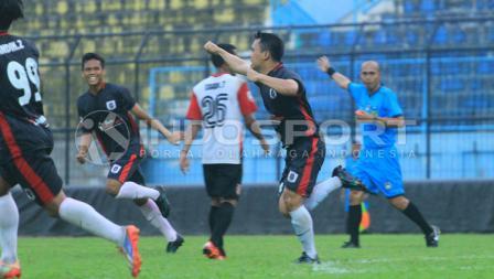 Prisma Chairul Anwar melakukan selebrasi gol di menit 69, setelah shooting nya menembus gawang Persewangi.