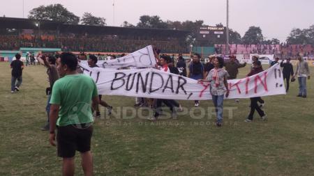 Aksi suporter masuk lapangan di laga Persita Tangerang vs PSMS Medan. - INDOSPORT