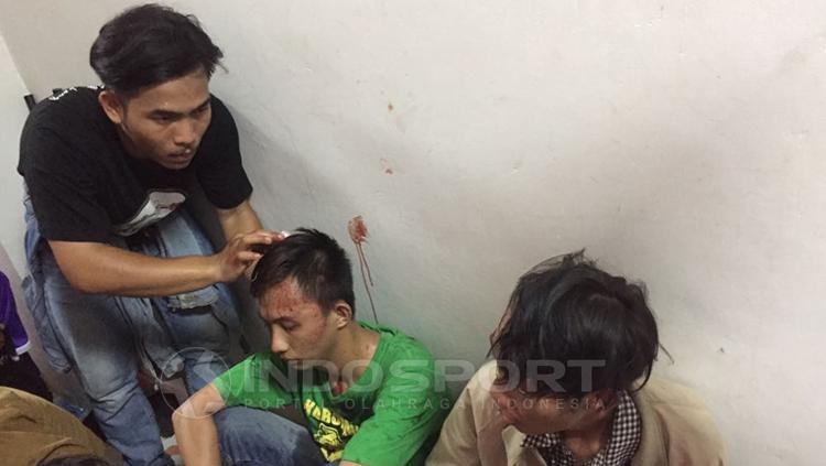 Suporter Persita Tangerang mengalami luka-luka akibat rusuh dengan suporter PSMS Medan. Copyright: Muhammad Adiyaksa/INDOSPORT