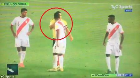 Radamel Falcao saat berbicara dengan para pemain Peru. - INDOSPORT