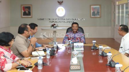 Menpora Imam Nahrawi menerima Ketua Umum Indonesia Olympian Association (IOA) Richard Sambera bersama pengurus lainnya di Kantor Kemenpora, Rabu (11/10/17). - INDOSPORT