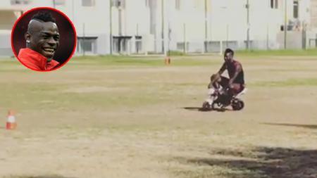 Mario Balotelli saat mengendarai motor mini. - INDOSPORT