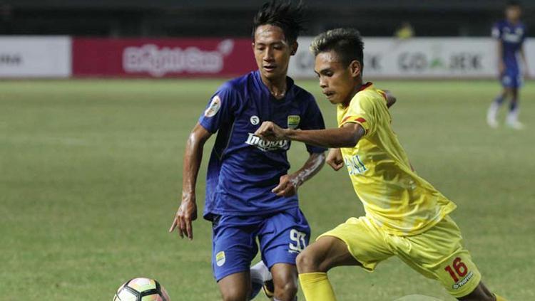 Pemain Persib Bandung U-19 (kiri) kawal pemain Bhayangkara FC U-19. Copyright: Eyesoccer