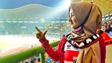 Jak Angel, Febri Alyati saat menyaksikan laga Persija Jakarta. (ilustrasi) - INDOSPORT