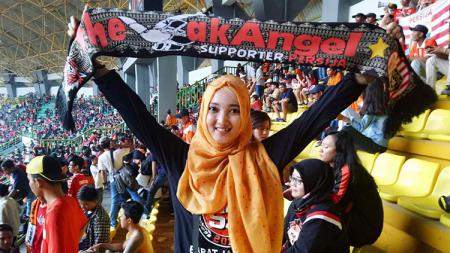 The Angel, Febi Alyati saat menyaksikan laga Persija Jakarta. - INDOSPORT