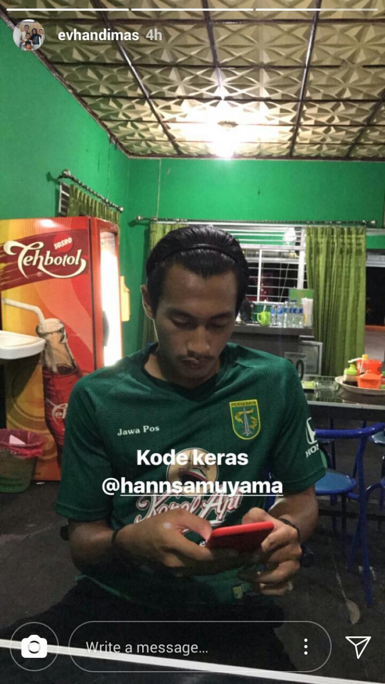 Hansamu Yama memakai jersey Persebaya. Copyright: Instagram Story/evhandimas