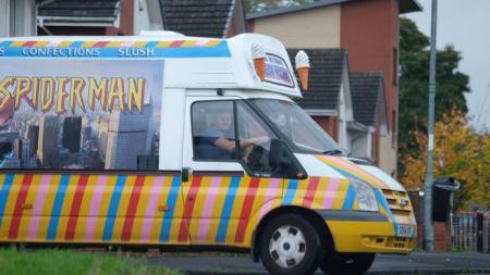 Bob Malcolm, mantan pemain Glasgow Rangers yang kini berdagang es krim. - INDOSPORT