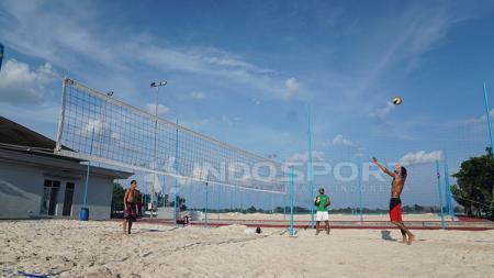 Arab Saudi mencoba medan bola voli pantai. - INDOSPORT