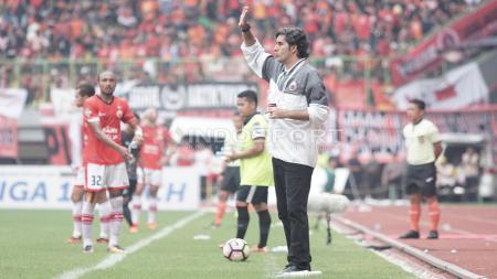 Pelatih Persija Jakarta, Stefano Cugurra Teco (kanan) memberi instruksi kepada pemainnya. - INDOSPORT