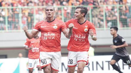 Selebrasi Bruno Lopes dengan Rezaldi Hehanusa usai mencetak gol kelima lewat titik penalti. Herry Ibrahim/INDOSPORT - INDOSPORT