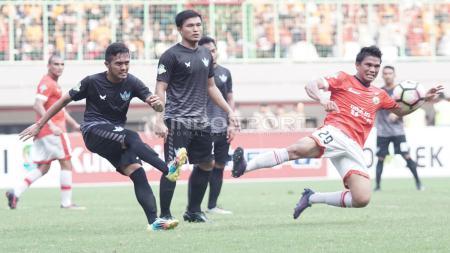 Gelandang Persija, Sandi Sute (merah) menghalau tendangan pemain Persegres. Herry Ibrahim/INDOSPORT - INDOSPORT