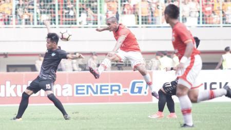 Tendangan Bruno Lopes (tengah) saat masih berlaga bersama Persija Jakarta. - INDOSPORT