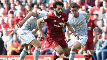Mohamed Salah dikawal ketat dua pemain Man United. - INDOSPORT