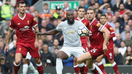 Romelu Lukaku (tengah) mendapatkan pengawalan ketat dari para pemain Liverpool. - INDOSPORT