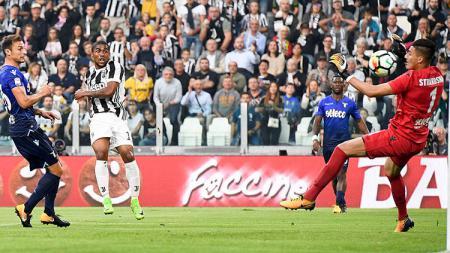 Douglas Costa saat melakukan tendangan ke gawang Lazio. - INDOSPORT