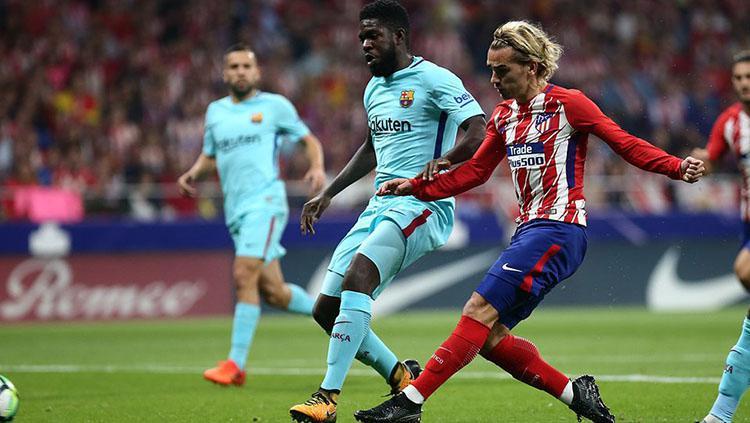 Antoine Griezmann saat melepaskan tendangan ke gawang Barcelona. Copyright: Twitter/@SquawkaNews