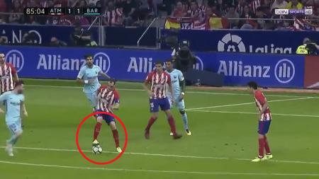 Aksi gerak tipu Deigo Godin sukses kelabui Lionel Messi. - INDOSPORT