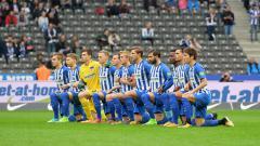 Indosport - Para pemain Hertha Berlin berlutut sebagai dukungan melawan rasisme dan diskriminasi.
