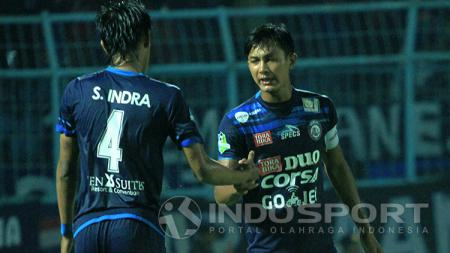 Kapten Arema FC, Johan Alfarizi, tengah memotivasi rekan setimnya. - INDOSPORT