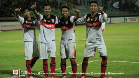 Pemain Persiba Balikpapan (kedua dari kanan), Indra Setiawan saat masih memperkuat PS Mojokerto. Ia berharap Liga 2 berlanjut. - INDOSPORT