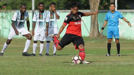 Penyerang PSMP Mojokerto, Indra Setiawan saat melakukan tendangan penalti. - INDOSPORT